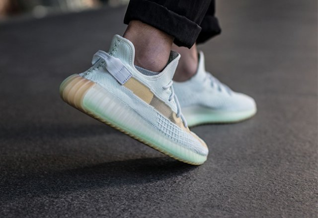 new product e7824 56300 Following the debut of Angels and Gypsophila Colors last year, the prelude  to the Yeezy Boost 350 V2 side-through series was opened.