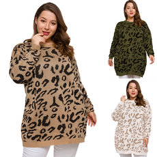 Loose sweater with round collar and leopard print