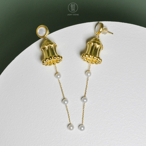 Dunhuang. Hua Gai Pearl Ear Stud - Sterling Silver Gilded - Mother of Pearl