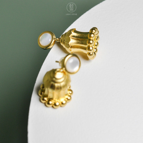 Dunhuang. Hua Gai Ear Stud - Sterling Silver Gilded - Mother of Pearl