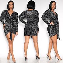 Fashion Shiny V Collar Frauen Kleid mit Gürtel OMY5080