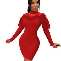 Robe moulante rouge unique à manches longues et plumes de couleur unie R6253