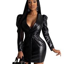 Черное платье из искусственной кожи с глубоким вырезом и мини-поясом YYZ842