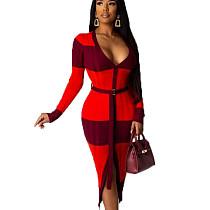 فستان أحمر منقوش على شكل حرف V منقوش طويل وحزام أمامي OMY8009