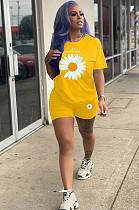 طقم قميص و شورت بطبعة زهور الأقحوان الصفراء YT3218
